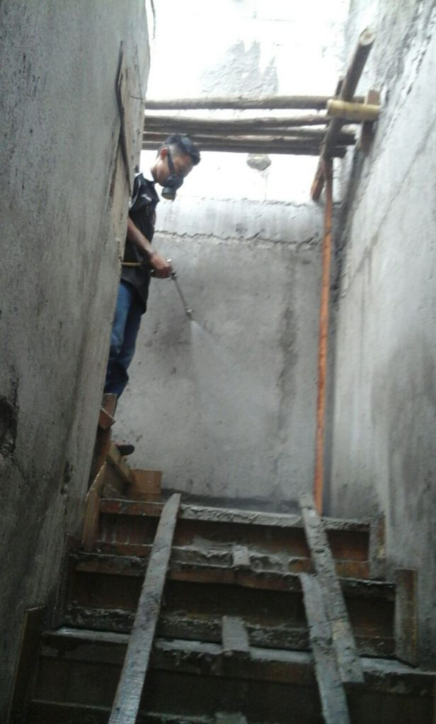 Penyemprotan pada dinding rumah